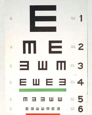 Cartilla de la E en distintas posiciones con reformas hechas en los años 50. Se trata de una cartilla que tiene la E mayúscula en distintas posiciones para que quienes están siendo estudiados puedan indicar en qué dirección se encuentra la letra, en lugar de tener que leer distintas letras.